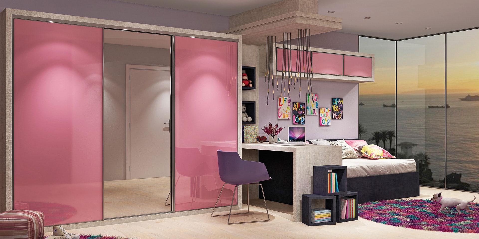 Tamponamento Montblanc, portas em vidro colorido Rosa e em Espelho, cama e nichos soltos no chão em Laca Berinjela